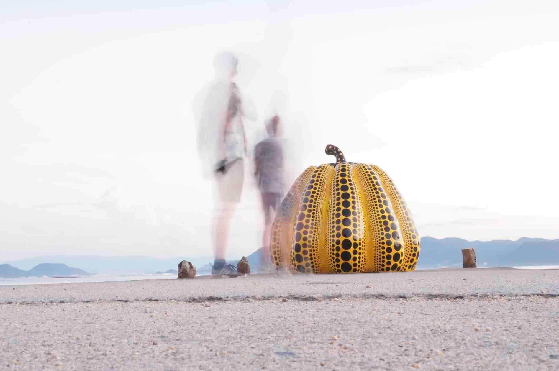直島の黄色かぼちゃの写真