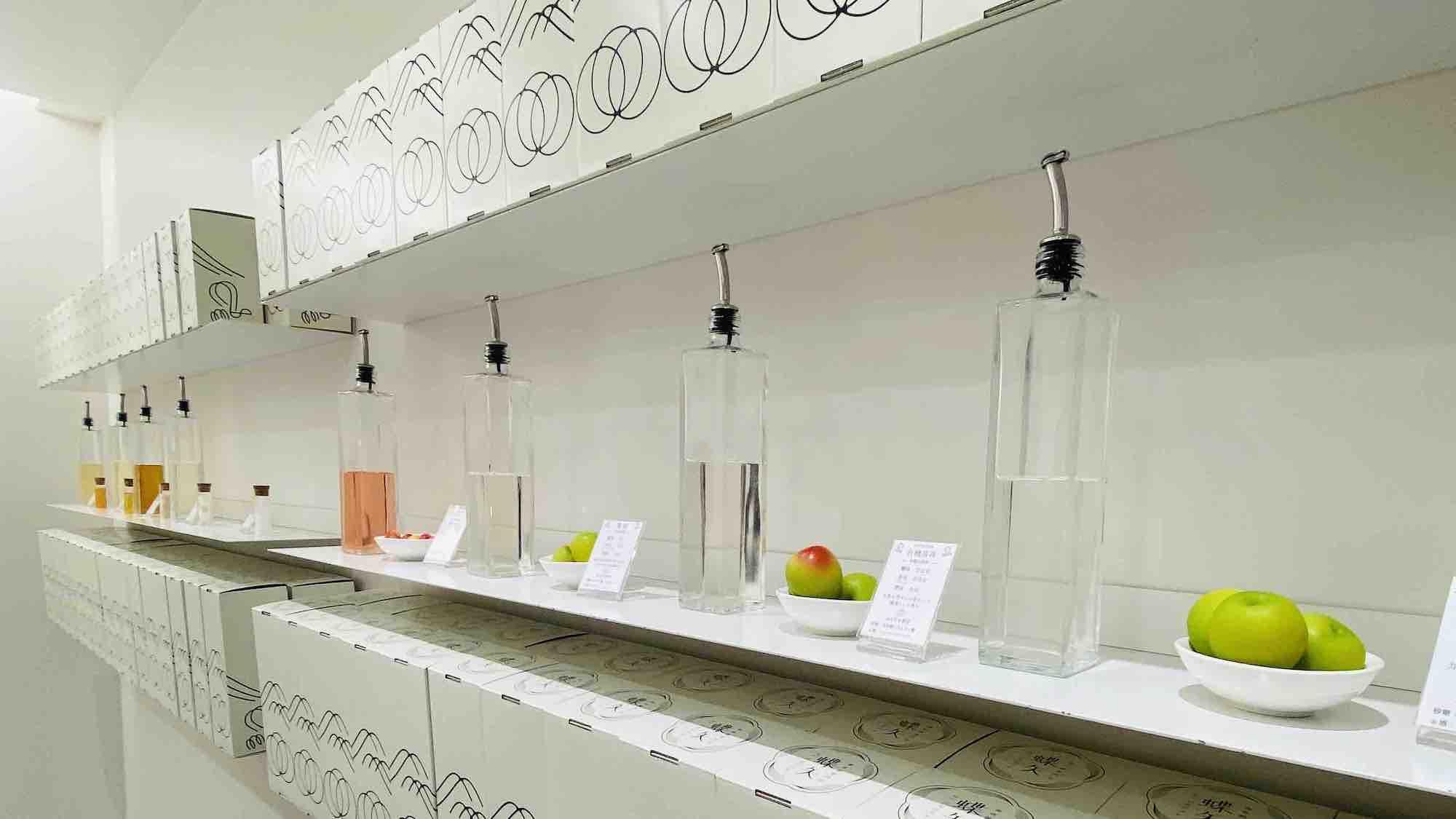 京都にある梅酒体験施設「蝶矢」の店舗写真内装ディスプレイ
